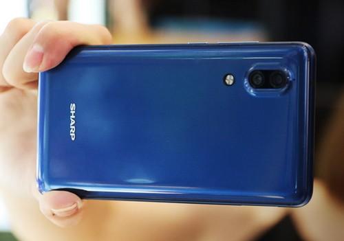Aquos S2 : Sharp dévoile un smartphone (presque) sans bordures d'écran